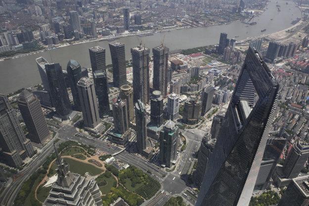 Pohľad na šanghajské mrakodrapy z vrchu toho najvyššieho.
