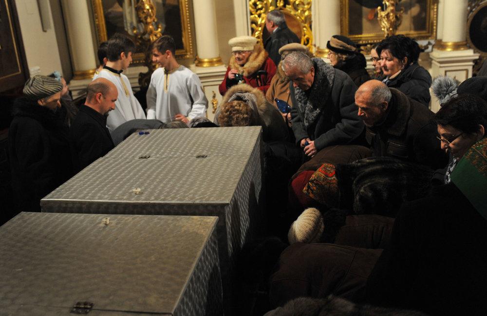 Veriaci naberajú posvätenú vodu po ukončení svätej liturgie sv. Bazila Veľkého s večierňou s veľkým svätením vody v Katedrále sv. Jána Krstiteľa v Prešove v predvečer Bohozjavenia Pána.