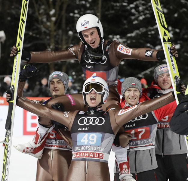 Kamil Stoch (s číslom 49) oslavoval aj so svojím krajanom Piotrom Zylom, ktorý skončil v hodnotení Turné druhý.