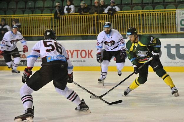 Obranca Banskej Bystrice Vladimír Mihálik (vľavo s číslom 56) bojuje o puk s Rastislavom Konečným (vpravo).
