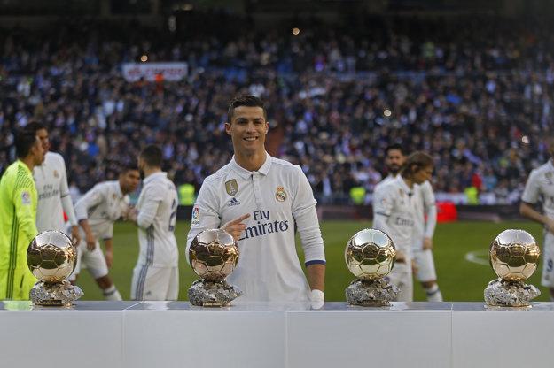 Futbalista Realu Madrid Cristiano Ronaldo pózuje so svojimi štyrmi Zlatými loptami pred zápasom 17. kola španielskej La ligy proti Granade.