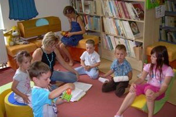 Deti sa v knižnici počas prázdninových pondelkov nenudia.