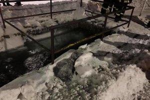 Šachta zamrzla priamo v strede dediny. Voda z potoka sa začala z koryta vylievať o piatej ráno.