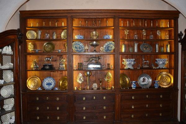 Kabinet rarít vAndrássyovskom kaštieli. Návštevníci tu môžu uvidieť rôzne vzácne predmety.