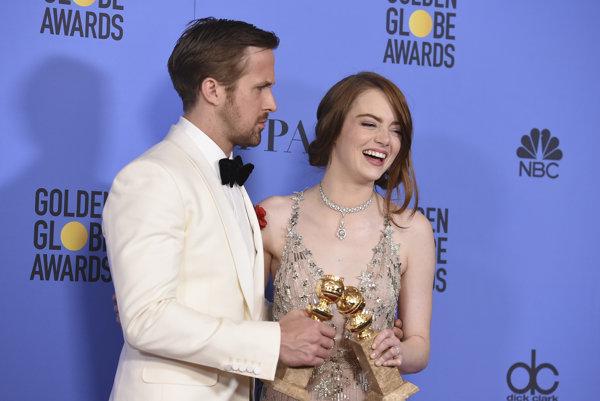 Cenu za najlepších hercov si prevzali Ryan Gosling a Emma Stone za muzikál La La Land.