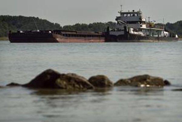 Ukrajinská loď sa zastavila na nánosoch štrku a kamenia.