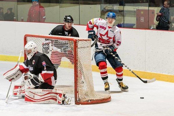 Prvú tretinu ovládli domáci hokejisti (v bielych dresoch).