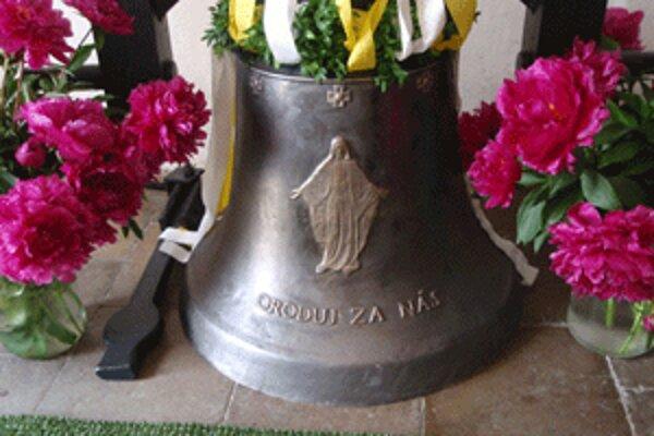 Skôr ako nový zvon prvý raz zaznel, požehnal ho kňaz.