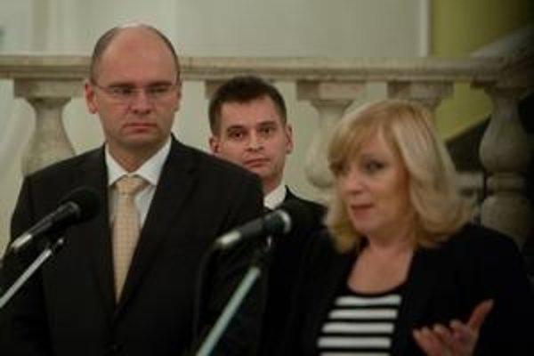 Premiérka Iveta Radičová nechala riešenie kauzy hayekovcov na SaS. Martin Chren napokon odišiel sám.