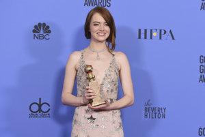 Emma Stone si preberá Zlatý glóbus za najlepšiu herečku v muzikáli La La Land.