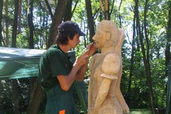V lesoparku tvorili rezbári z dreva plastiky v nadživotnej veľkosti.