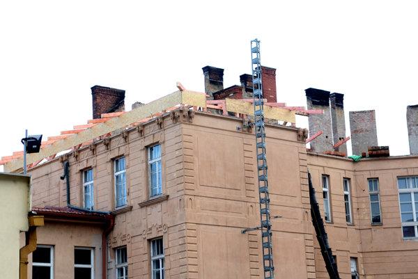 Nový krov. Dočasná strecha pomôže budove prečkať vrtochy zimného počasia.