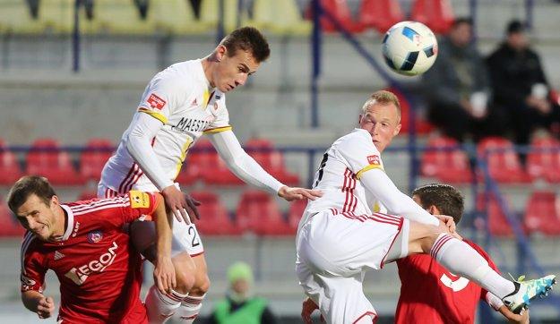 Dominik Kružliak (druhý zľava) sa objavil v nominácii trénera seniorskej reprezentácie Jána Kozáka.