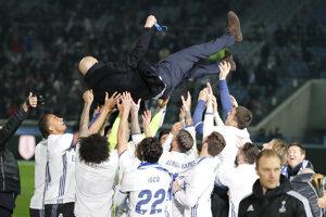 Zinedine Zidane po triumfe na majstrovstvách sveta klubov. Hráči ho majú radi.
