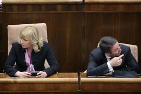 Kým bol minister Mikloš v zahraničí, premiérka Radičová konala.