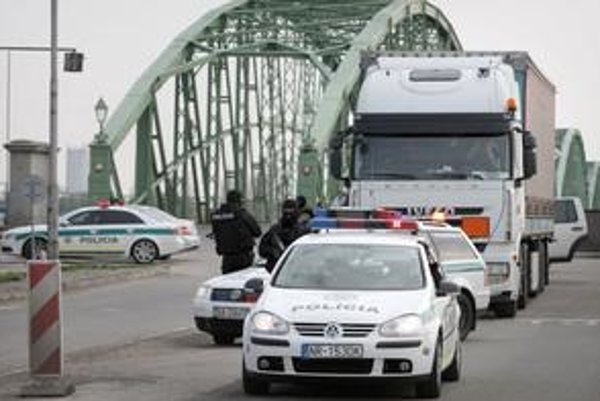 Druhý kamión s anhydridom eskortovala na Slovensko polícia.⋌FOTO