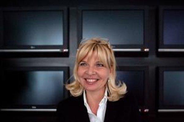 Zuzana Ťapáková bola od roku 1996 marketingovou riaditeľkou televízie Markíza. Po odchode Václava Miku v septembri 2010 si ju CME vybrala za generálnu riaditeľku. Vyštudovala divadelnú a filmovú vedu, bola pedagogičkou na VŠMU, pracovala v Slovenskom rozh