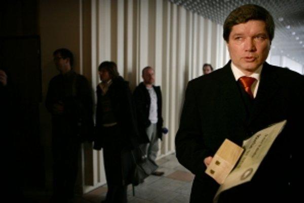 Súdna rada na čele so Štefanom Harabinom pozastavila Petrovi Paludovi výkon funkcie sudcu. Ako šéf NBÚ by mohol dať skontrolovať aj spornú Harabinovu previerku.