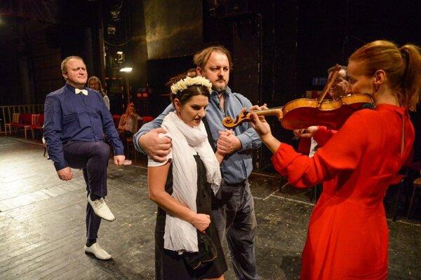Dnes o 19.00 hod. na veľkej scéne Divadla Alexandra Duchnoviča odohrajú novú hru Posadnutí.