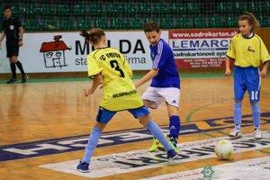 Na turnaji bojovali s chlapčenskými družstvami aj dievčatá z FC Union (v žltom)