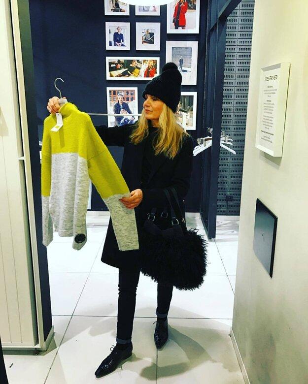 Emma Tekelyová. Moderátorka a spisovateľka si vyšla na nákupy, ako inak, v štýlovom outfite.