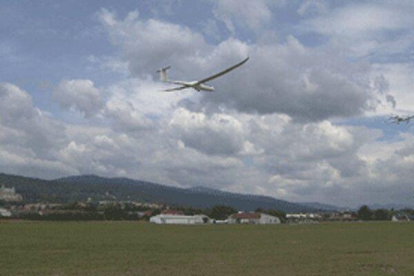 Ultraľahké lietadlo Dynamic ťahá do vzduchu vetroň.