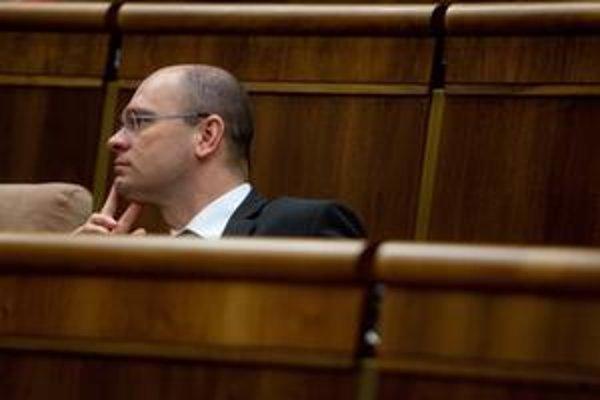 Predseda parlamentu Richard Sulík sa na úradníka z Úradu vlády sťažoval u premiérky.