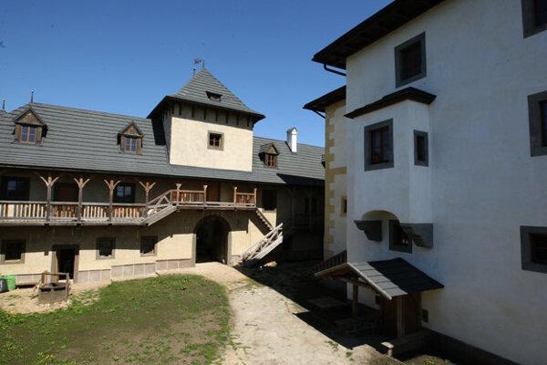 Obľúbeným miestom mladomanželov sa stal obnovený Vodný hrad v Hronseku.