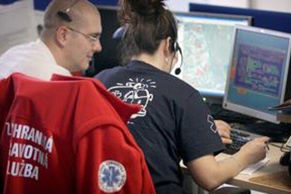 Tiesňová linka 112 rozdeľuje volania o pomoc hasičom, policajtom a záchranke.