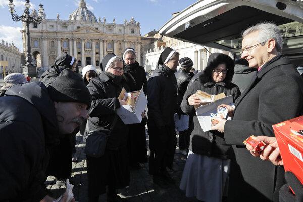 Mníšky rozdávajú jedlo ľuďom v núdzi na námestí Svätého Petra vo Vatikáne.