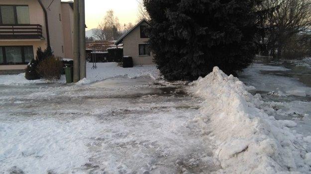 Vyliaty Blatnický potok v Príbovciach sa dostal do niekoľkých pivníc. Najskôr ho zahatali snehovými barikádami.