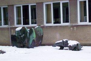 Dve z plastík od Bártfaya sú uložené pod oknami školy.