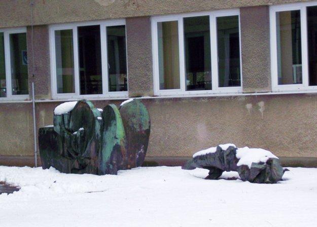 Dve z plastík od Bártfaya boli uložené pod oknami školy.