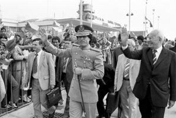 Muammar Kaddáfí v roku 1982 navštívil Prahu, vítal ho Gustáv Husák.