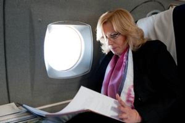 Premiérka Iveta Radičová dnes letí do Bruselu, kde bude s premiérmi hovoriť aj o postupe Európskej únie voči Líbyi.