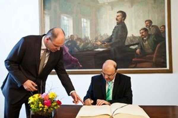 Richard Sulík a predseda Parlamentu Cyperskej republiky Marios Garoyian počas podpisu do pamätnej knihy pri príležitosti jeho návštevy na Slovensku.