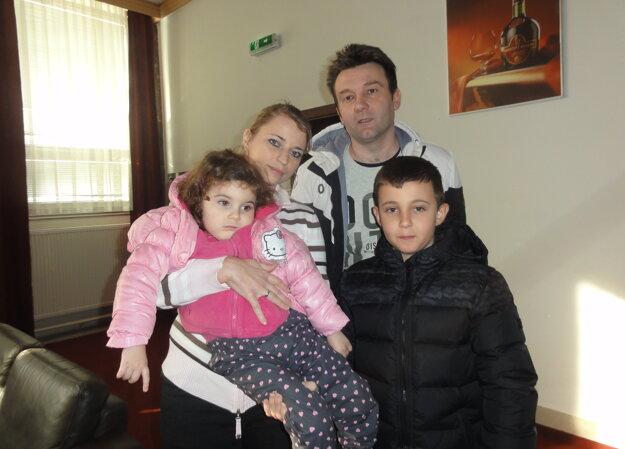 Zraz pomáhal malej Sabínke Fajnorovej, na snímke s  rodinou.
