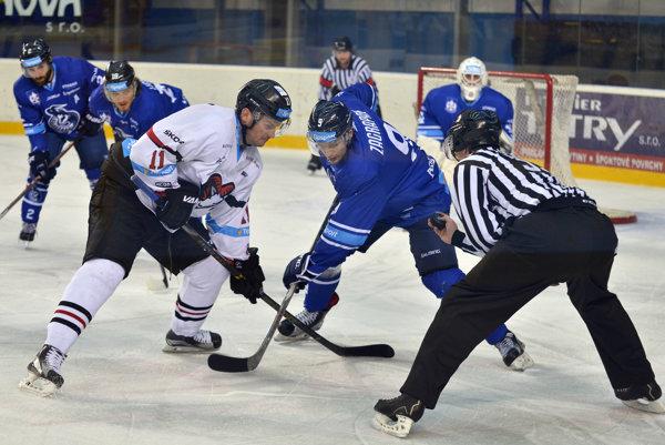 Zľava v popredí: Vyacheslav Trukhno HC '05 iClinic Banská Bystrica a Marek Zagrapan z HK Poprad.
