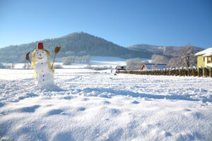 Snehuliak pred vjazdom do obce Slavošovce.