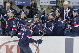 Hráči Slovana Bratisalva sa radujú po jednom z gólov v zápase proti Jugre Chanty-Mansijsk.