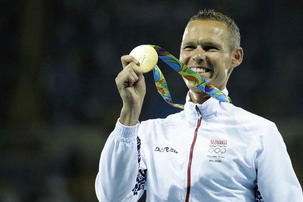 Matej Tóth so zlatou olympijskou medailou.