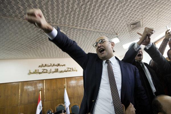 Právnik a bývalý kandidát na prezidenta Khaled Ali oslavuje rozhodnutie súdu.