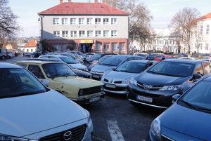 Poslanci vlani spravili prvé kroky k tomu, aby sme za parkovanie v centre mesta platili.