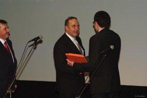 Primátor Čadce Milan Gura odovzdáva ocenenie Františkovi Nehajovi.