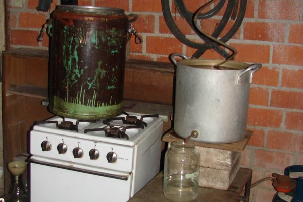 V Nitrianskom kraji colníci vlani zhabali tri nelegálne výrobne liehu.
