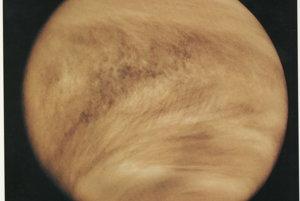 Oblak v tvare Y pozorujú vedci už viac ako 50 rokov. Spôsobila ho zrejme vlna, ktorá neexistuje nikde inde v Slnečnej sústave.
