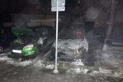 Požiar sa presunul aj na vedľa stojace auto.