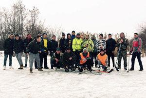Športoví nadšenci z Hornej Kráľovej si zahrali hokej pod holým nebom.