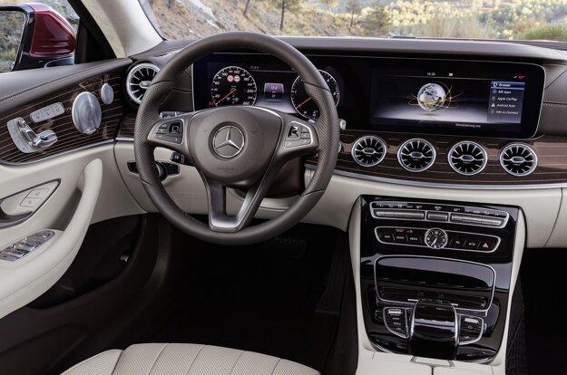Prístrojová doska s digitálnymi prístrojmi. Kupé môže byť vystrojené systémom Drive Pilot, ktorý automaticky sleduje vozidlo pred sebou, a to až do rýchlosti 210 km/h.