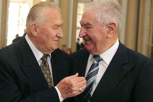 Anton Srholec, ocenený veľkým Krištáľovým srdcom avľavo slovenský exprezident Michal Kováč , ocenený Zlatou medailou Ferdinanda Martinenga. Foto zroku 2009.